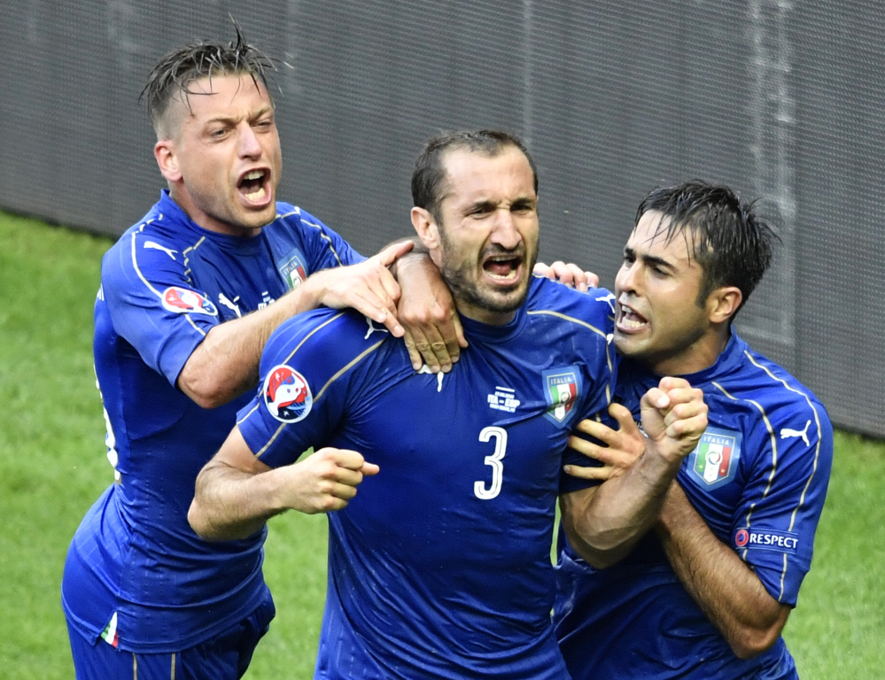 Italy's defender Giorgio Chiellini (C) celebrates a goal with Italy's forward Citadin Martins Eder (R) and Italy's midfielder Emanuele Giaccherini during Euro 2016 round of 16 football match between Italy and Spain at the Stade de France stadium in Saint-Denis, near Paris, on June 27, 2016.   / AFP PHOTO / PHILIPPE LOPEZ